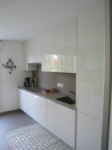 Cette petite cuisine blanche aux meubles laqu s est sobre - Petite cuisine blanche ...