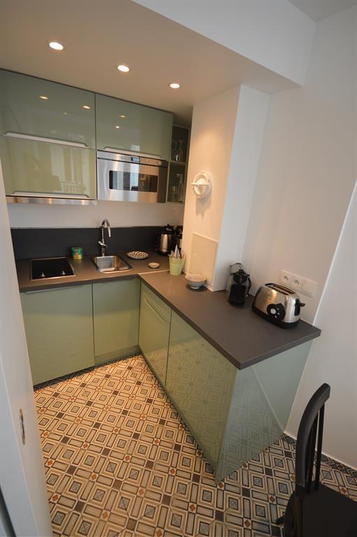 Petite cuisine laqu e avec carrelage l 39 ancienne - Table de cuisine pour studio ...