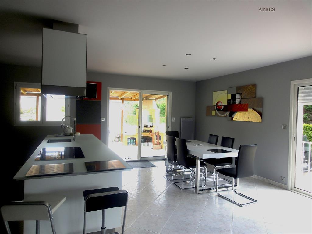 cuisine noire et blanche ouverte sur la salle manger. Black Bedroom Furniture Sets. Home Design Ideas