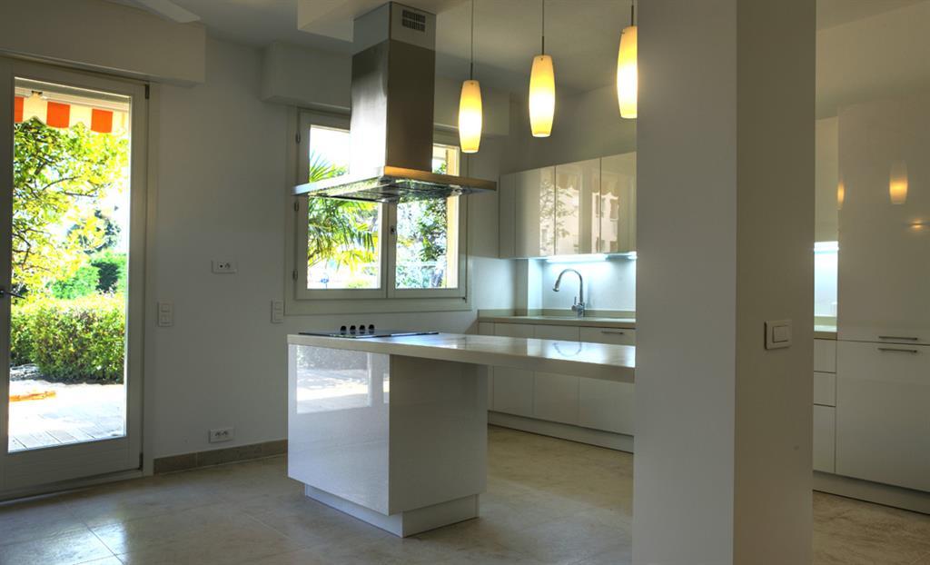 Cuisine ouverte avec lot central qui peut servir de table - Photo de cuisine ouverte avec ilot central ...