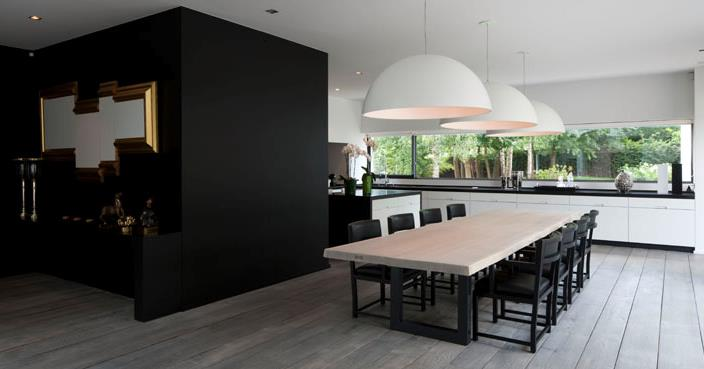 un bloc sombre structure l 39 espace entre la cuisine et la salle. Black Bedroom Furniture Sets. Home Design Ideas