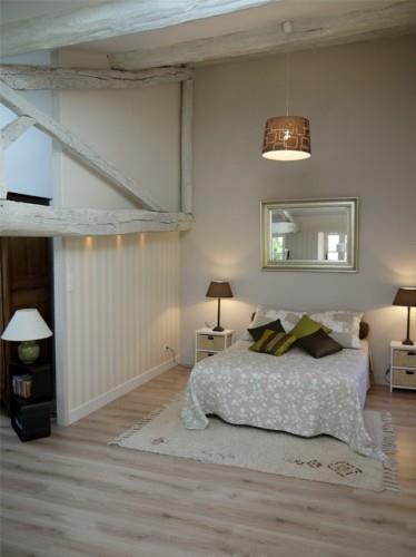 Chambre n oclassique au parquet clair et aux poutres peintes en blanc - Poutres peintes en blanc ...