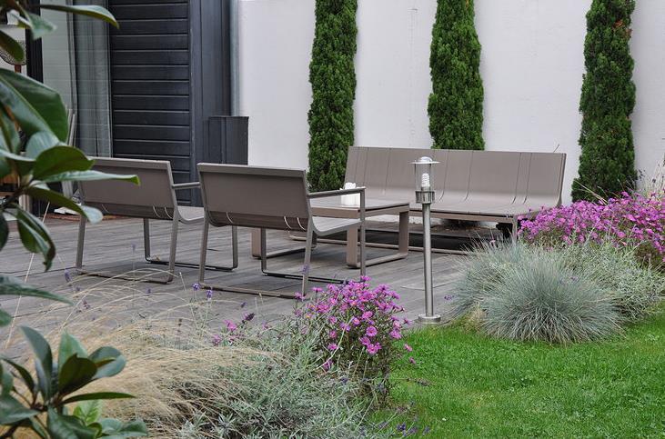 Image Jardin de ville paysagé avec salon de jardin design Garden ...