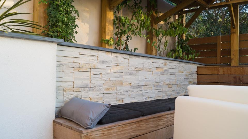 D tail du parement pierre et de la banquette bois jonathan tourtois architect - Terrasse bois et pierre ...