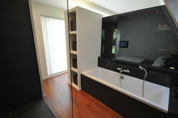 Salle de bain moderne avec cloison s paratrice vitr e et for Salle de bain vitree
