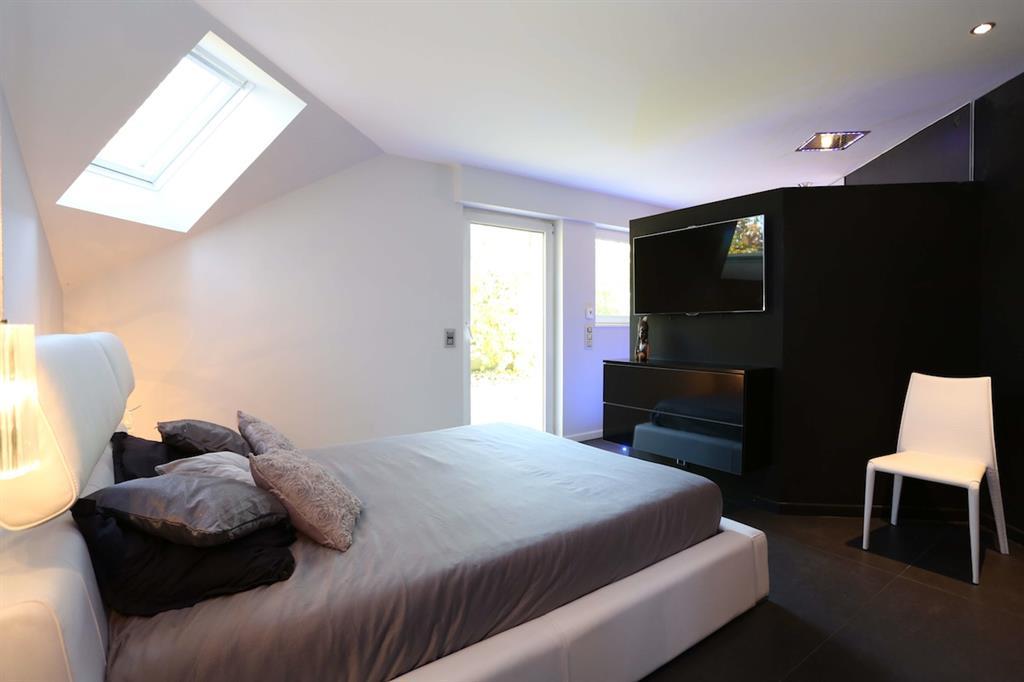 Une chambre moderne et confortable avec une demi cloison for Cloison separatrice
