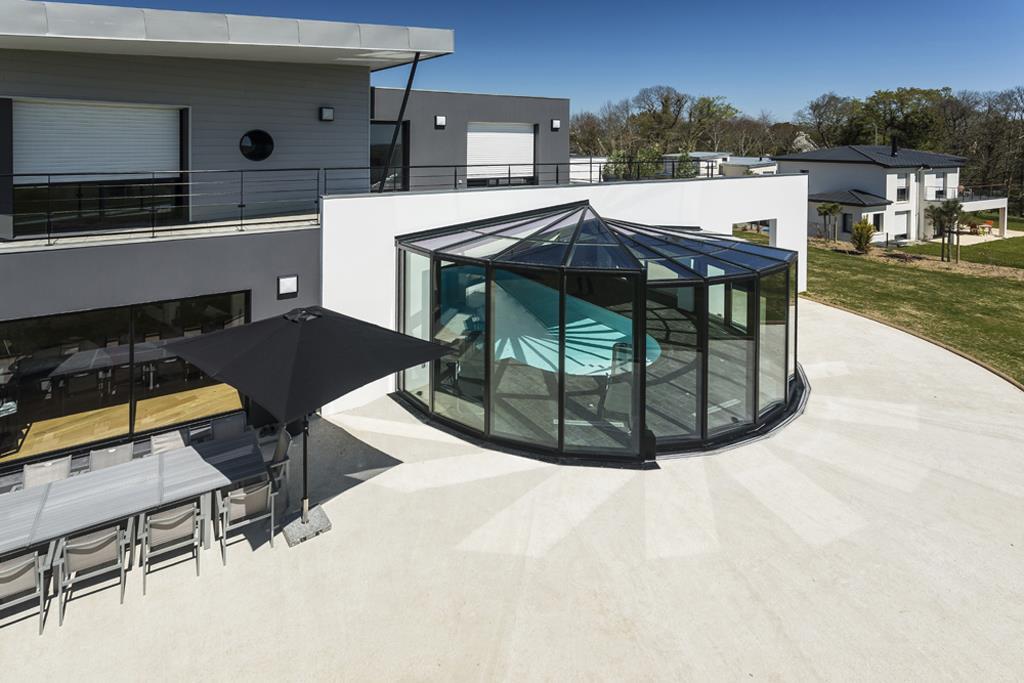 Vue panoramique sur la piscine semi ouverte ouvrant sur la for Veranda moderne piscine