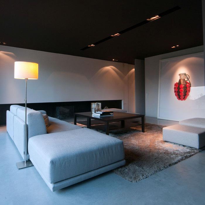 Salon contemporain avec cheminée design Agence Mayelle