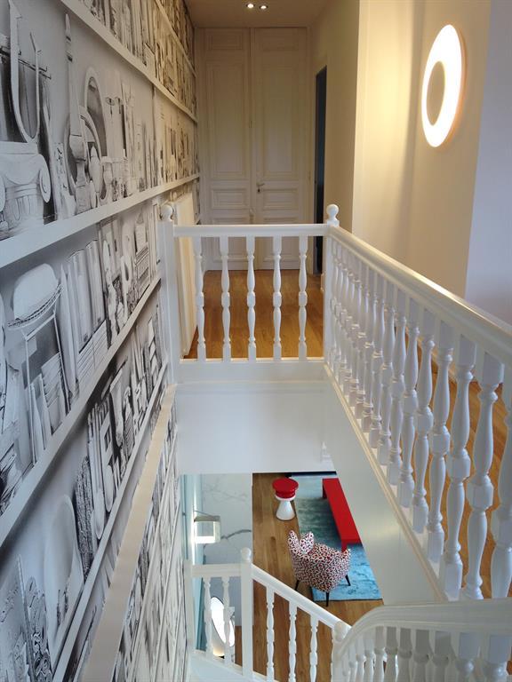 Le papier peint en imprim gris habille la cage d 39 escalier - Escalier peint en taupe ...