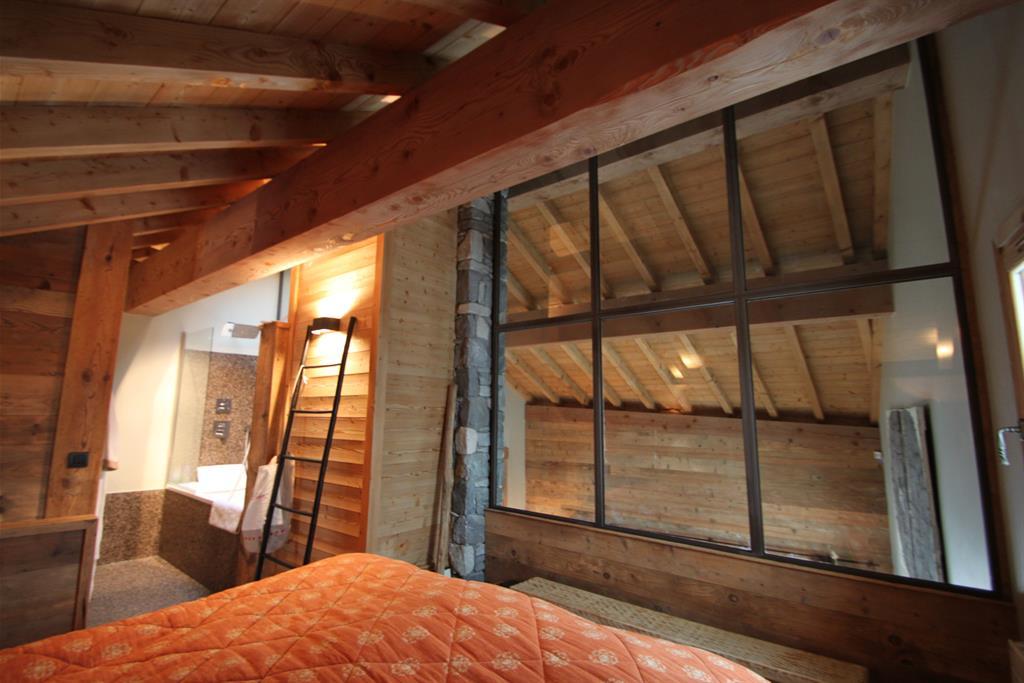 Chambre A Coucher La Roche Bobois : Chambre avec cloison en verre pour séparer du reste du chalet