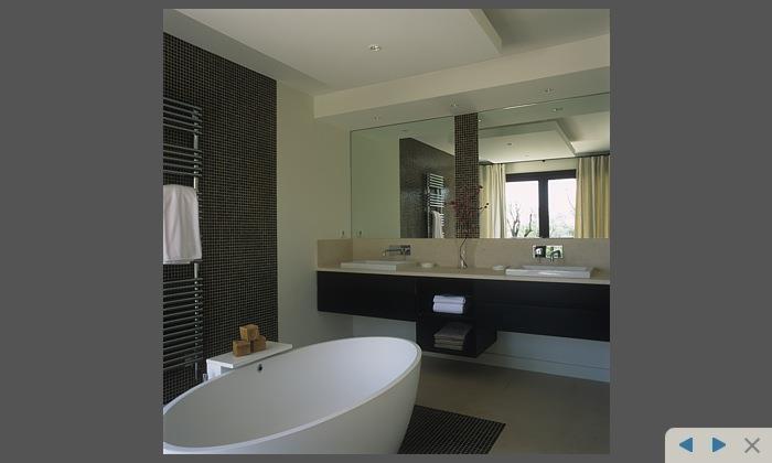 image salle de bain avec baignoire au centre david price design - Salle De Bain Moderne Avec Baignoire