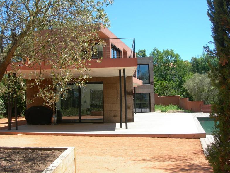 Terrasse Villa Contemporaine : Villa contemporaine avec terrasse couverte et piscine