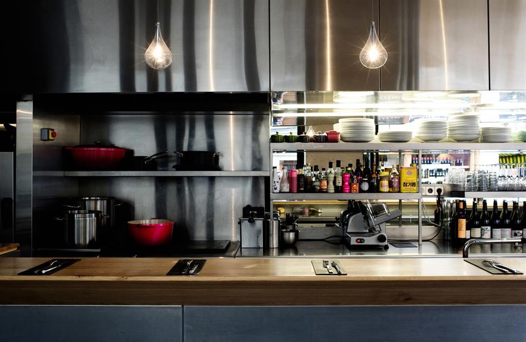 Un restaurant au design chaleureux pour une cuisine sans for Cuisine ouverte restaurant