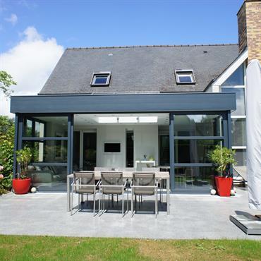 Extension d'une habitation avec un toit plat et une terrasse