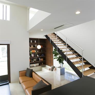 Pièce à vivre avec escalier en bois et métal