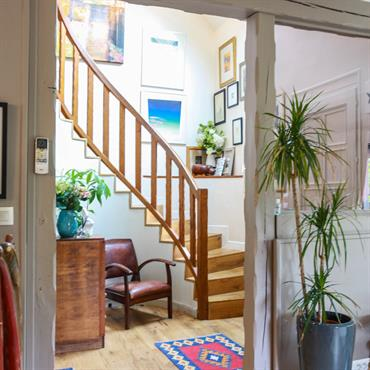 Cage d'escalier avec décoration colorée