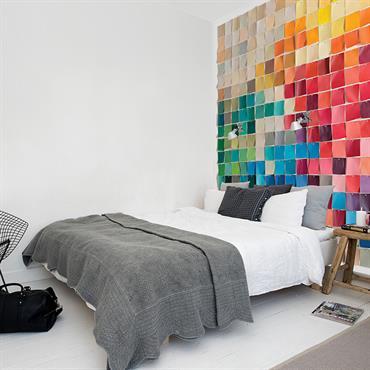 Chambre colorée avec papier peint nuancier en tête de lit