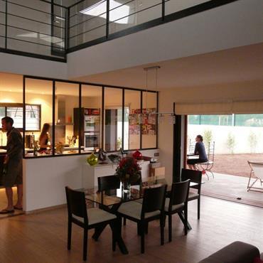 Communication visuelle entre séjour et cuisine par la verrière type atelier