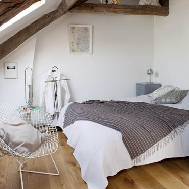 Avec sa ferme apparente et son parquet aux larges lames, la chambre, naturellement chaleureuse, mise sur la blancheur des murs, du linge de lit et des accessoires pour un effet ...