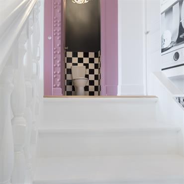 Toilettes au premier étage avec un design sobre mais efficace en noir et blanc, pour contraster avec la couleur omniprésente dans les autres pièces