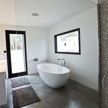 250662 salle de bain design et contemporaine salle de - Salle de bain avec frise mosaique ...