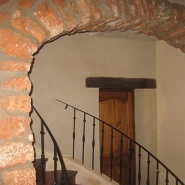 Escalier avec un mur voûtée en pierres naturelles