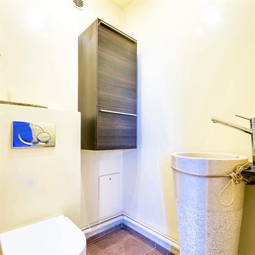 Toilettes avec lave mains