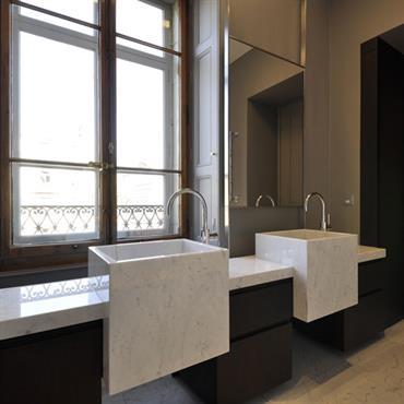 Salle de bain avec double vasques carrées designs sur mesure en marbre