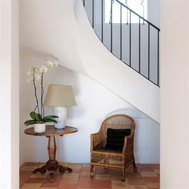 Escalier sur voûte sarrazine avec garde corps en fer et carreaux de terre cuite au sol pour une ambiance naturelle, sobre et provençale.