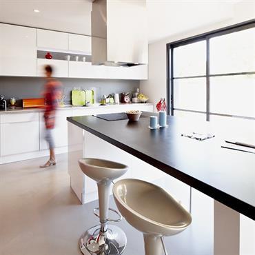 Îlot central avec plaques de cuisson et espace repas