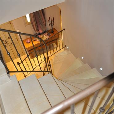 Escalier avec main courante en fer forgé
