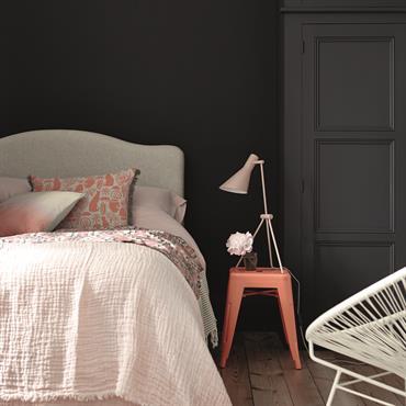 Chambre romantique avec mur gris foncé et parquet brut