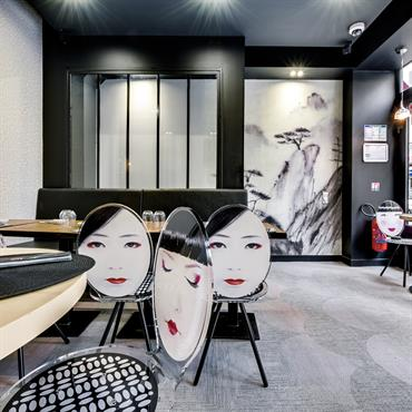 Une décoration en noir et blanc avec des touches de couleur et d'originalité avec le sol en bolon et les chaises. Le paysage Japonais apporte le côté zen au restaurant ...