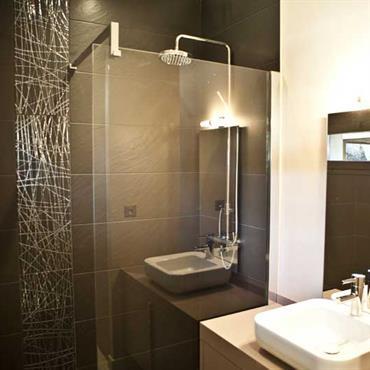 Nos conseils de pros pour mettre de la couleur dans son for Salle de bain carree 4m2