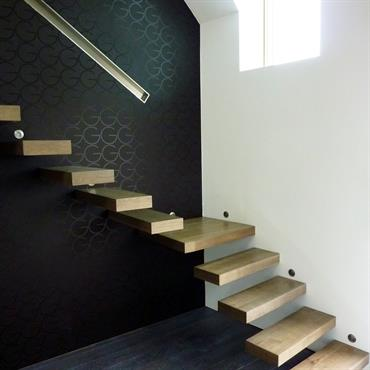 Cet escalier design flottant en bois est une création de Jean Luc Chevallier pour La Stylique.