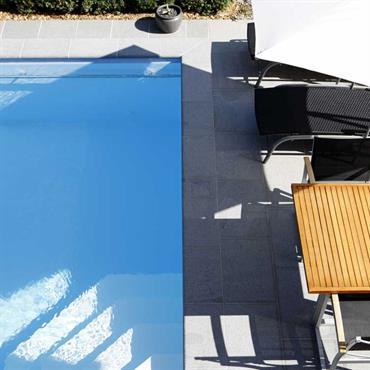 Coin détente ombragée et piscine