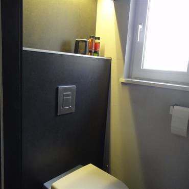 Le design s'invite jusque dans les toilettes aux lignes structurées, aux éclairages subtilement travaillés et aux équipements dernière génération.