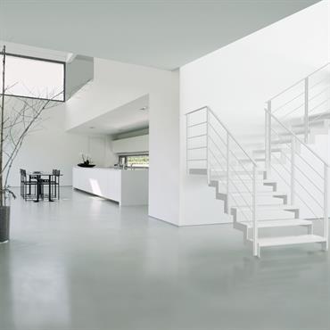 Pièce à vivre avec escalier en métal blanc