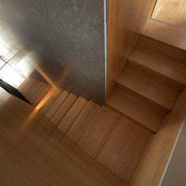 L'escalier en bois lisse et clair offre une  sobriété des lignes dans la plus pure tradition du style contemporain.