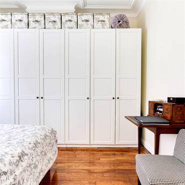 Rangements avec placard et boites assorties au linge de lit