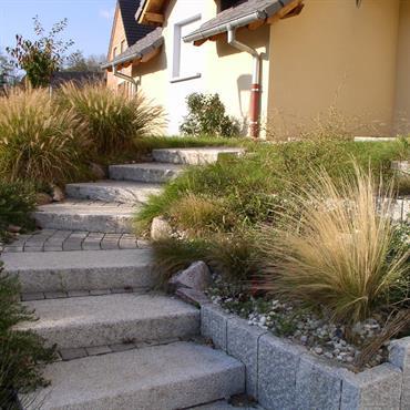 Escalier en marches granit brut, Paliers en pavés
