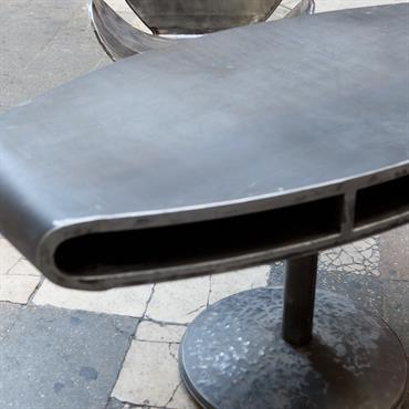 Fauteuil Gjoast en bidon d'acier récupéré et table (console ou bureau) Xhoni en acier