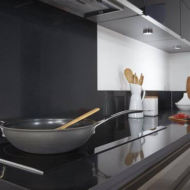 Plaques de cuisson à induction et plan de travail noir en quartz