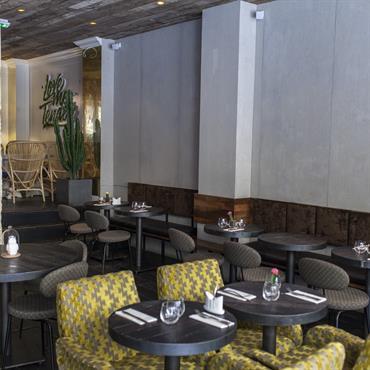 Vue d'ensemble du restaurant avec les panneaux muraux Panbeton® bois de coffrage.