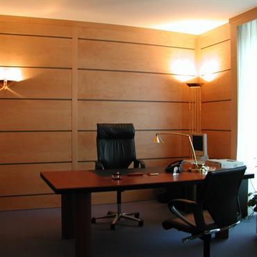 Grand bureau avec murs en larges lambris horizontaux pour une ambiance chic et chaleureuse.
