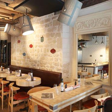 Pierres et poutres apparentes dans La salle de restaurant Paris 15