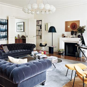 Le séjour témoigne d'une passion pour l'art et le mobilier du XXème siècle