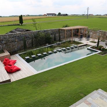 Terrasse de part et d'autre de la baignade écologique