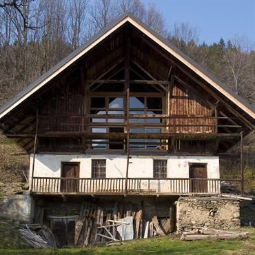 Façade principale exposée au Sud avec grange supérieure aménagée
