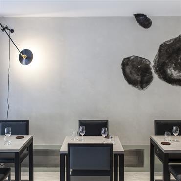 La galerie parisienne ACABAS a imaginé un design du nouveau restaurant d'Atsushi Tanaka composé de béton, d'acier et de gomme noire. Les plateaux de tables de 700*700*30 mm ont été ...